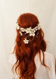 couronne de fleurs pour une coiffure de mariée tendance