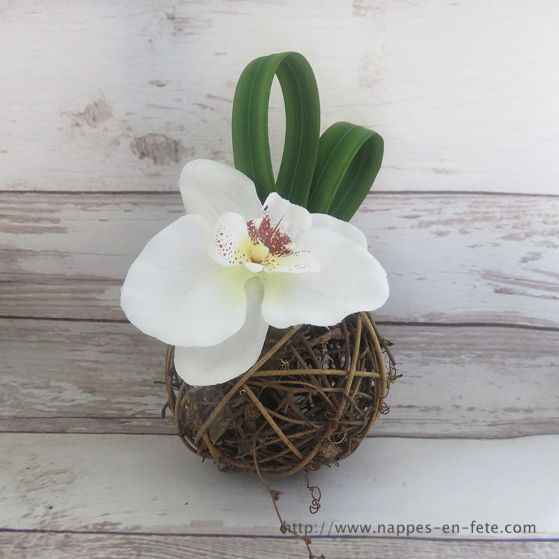 boule en rotin avec orchidée
